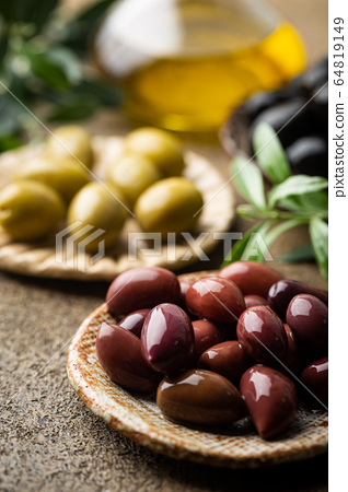 Black and green olives 64819149