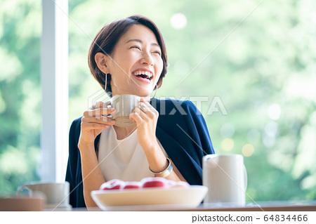 여성 호텔 라운지 커피 카페 64834466