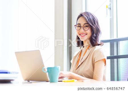女性電腦辦公室 64856747
