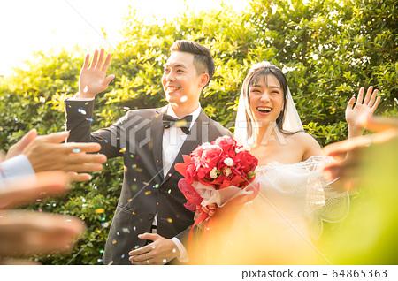 对年轻的夫妇婚礼婚纱礼服新娘新郎幸福的人物质庆祝 64865363
