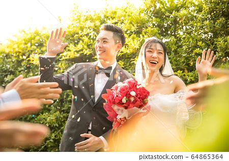 對年輕的夫婦婚禮婚紗禮服新娘新郎幸福的人物質慶祝 64865364