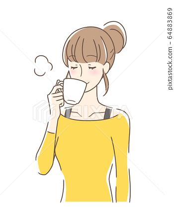 머그컵에 커피를 마시는 여성 64883869
