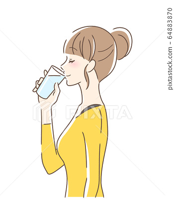 컵의 물을 마시는 여성의 옆모습 64883870