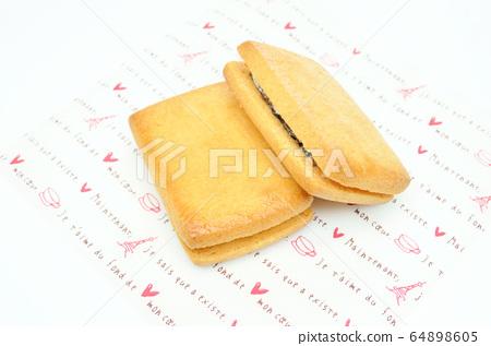 Raisin sandwich 64898605