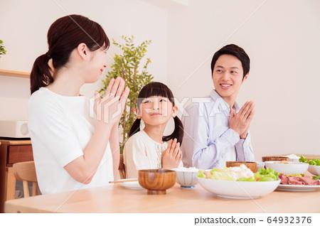 식탁 식사 가족 부모와 자식 저녁 단란 아이 64932376
