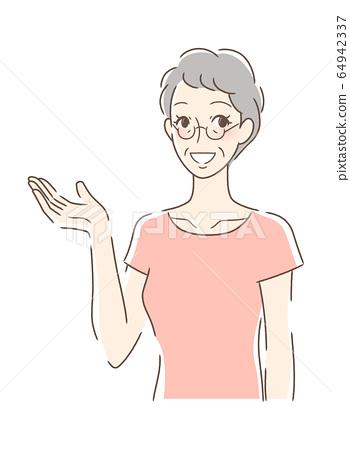 웃는 얼굴로 손을 내미는 여자 64942337