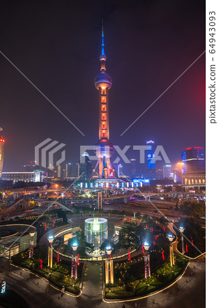 <上海>陸家嘴的夜景,摩天大樓 64943093