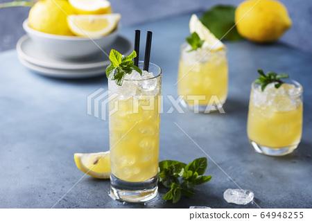 Fresh summer cocktail with lemons 64948255