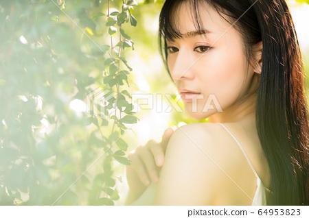 아름다운 섹시한 여성 신록 초여름 환상적인 인물 소재 64953823