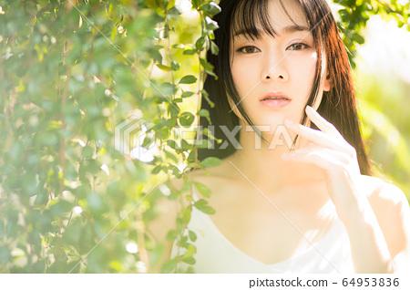 아름다운 섹시한 여성 신록 초여름 환상적인 인물 소재 64953836