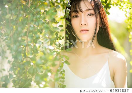 아름다운 섹시한 여성 신록 초여름 환상적인 인물 소재 64953837
