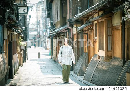 一個女人觀光京都的街道 64991026