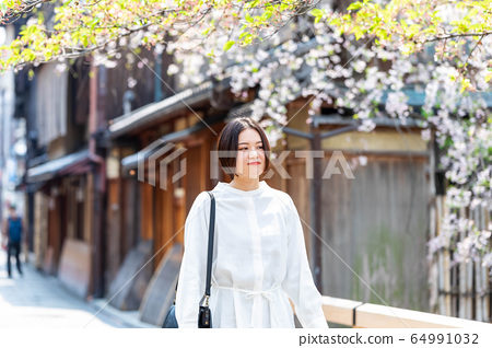 一個走在京都舊街上的女人 64991032