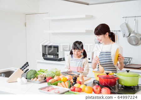 주방 요리 가족 부모와 아이 엄마 라이프 스타일 64997224