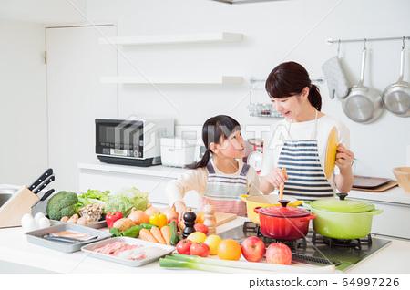 주방 요리 가족 부모와 아이 엄마 라이프 스타일 64997226