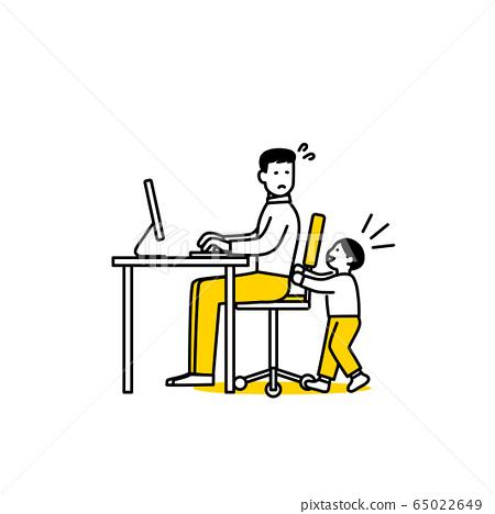 一個男人看著孩子在家里工作 65022649