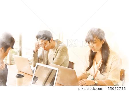 컴퓨터를 향해 진지하게 일을하는 남녀 3 명 수채화 화풍 65022756