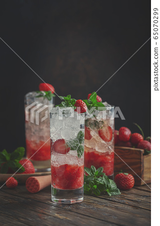 Mojito cocktail with strawberry 65070299