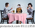 Three women with only one mask wearing a beer are eating and talking while drinking beer while the virus is spreading 65111958