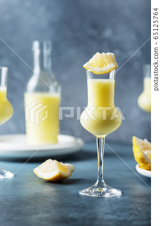 Italian liquor with lemons and cream 65125764