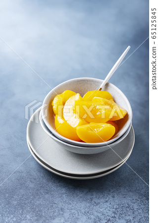 Sweet canned peaches 65125845