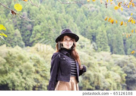 효고현 武田尾 폐선 자취 등산로를 산책하는 모자를 순무 하나 미소의 젊은 여성 65126108