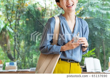 미들 여성 쇼핑 쇼핑 이미지 65137690