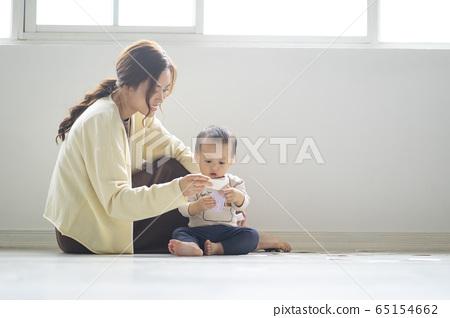 撫養孩子的年輕婦女和幼兒 65154662