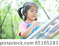 A child playing in the garden 65165283