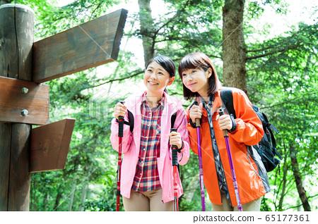 登山女孩徒步登山登山戶外徒步旅行 65177361