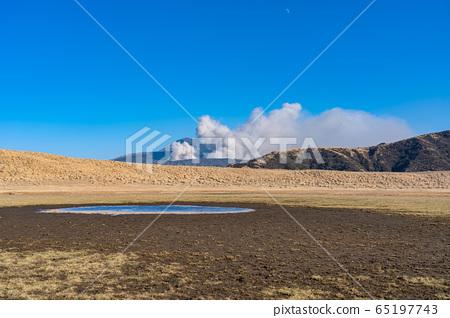 Mount Aso Mt. Nakadake Smoke Kusenrigahama Aso Kuju National Park January Winter withering 65197743