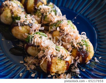 章魚燒配藍色海藻,魚片和醬汁。 65217858