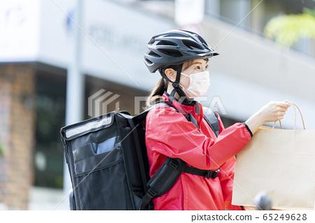 女子自行車送餐 65249628