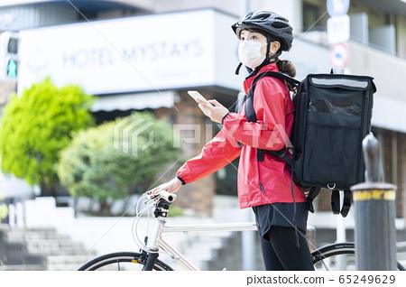 女子自行車送餐 65249629