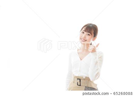 웃는 얼굴로 OK 사인을 나타내는 젊은 여성 65268088