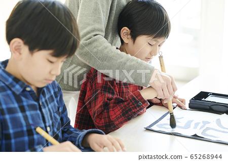 書法教室裡的孩子 65268944