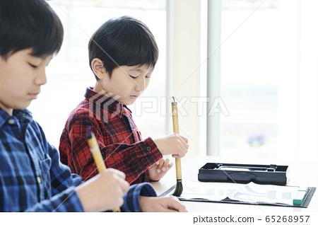 書法教室裡的孩子 65268957