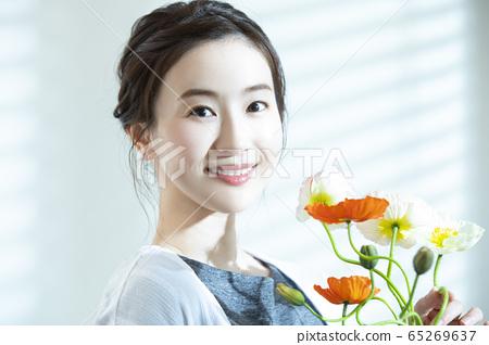 여성 꽃 꽃꽂이 65269637