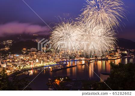 煙花和熱海灣的夜景 65282602