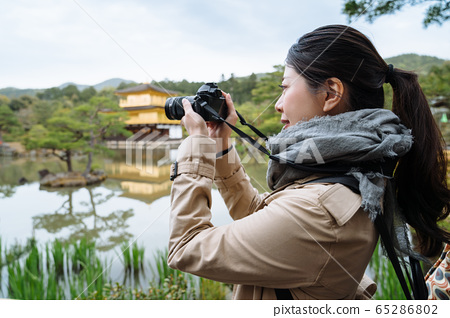 female photographer is capturing the glossy 65286802