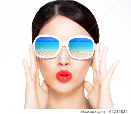 closeup young beauty in sunglasses with beach 65286825