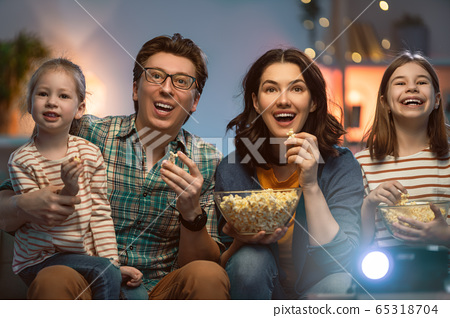 Mother, father and daughters spending time 65318704