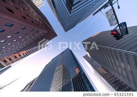 日本东京城市景观,大手町摩天大楼(大手町1丁目),红灯= 2月27日 65321591