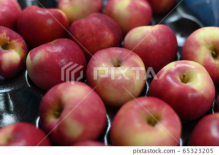 Close-up of red apples placed on a tray 65323205