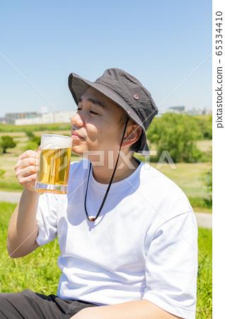 Men and beer 65334410