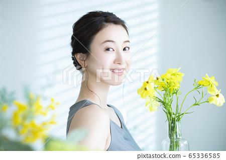 여성 꽃 꽃꽂이 65336585