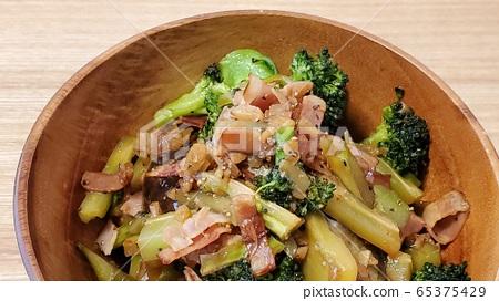 Stir-fried broccoli and bacon 65375429