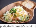 蝦和玉米和涼拌捲心菜沙拉麵包 65396413