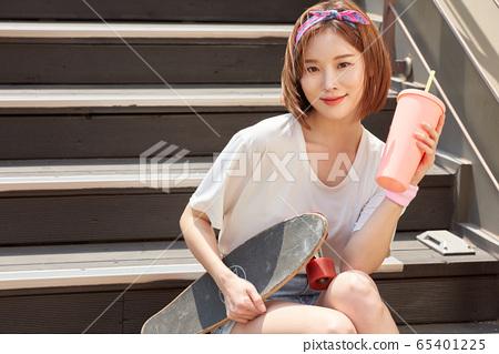 漂亮少女女人騎滑板 65401225
