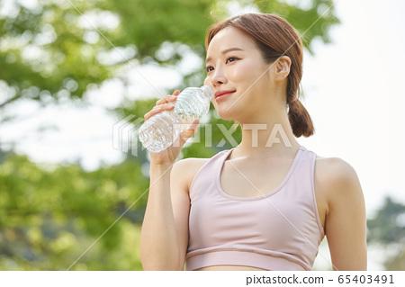 她在公園裡做瑜伽的20多歲的漂亮女人 65403491
